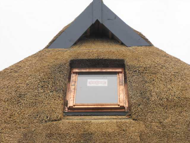 Fenster im Reetdach